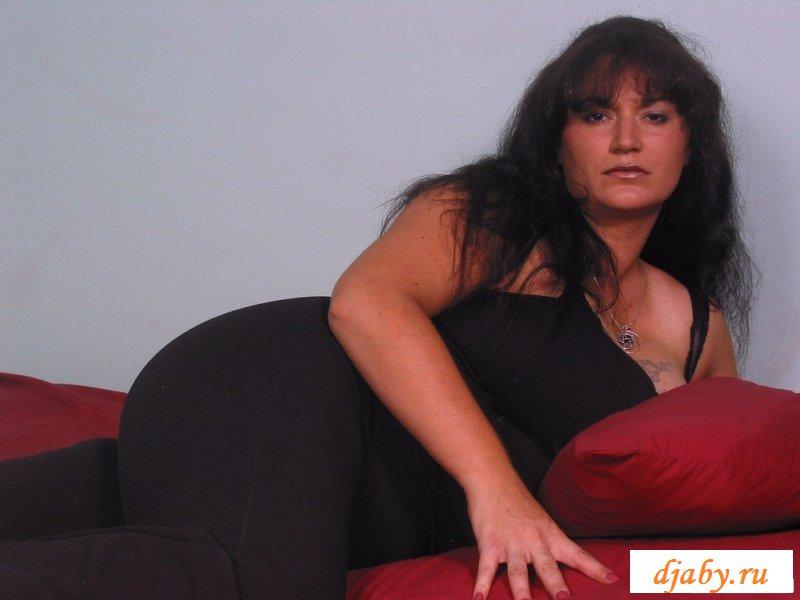 Бабуля обнажается лежа на диване