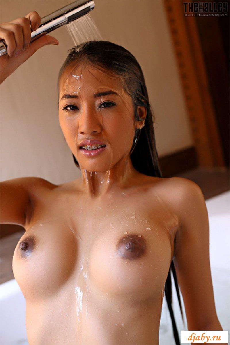 Развратная узбекская сучка эротично расслабляется в душевой