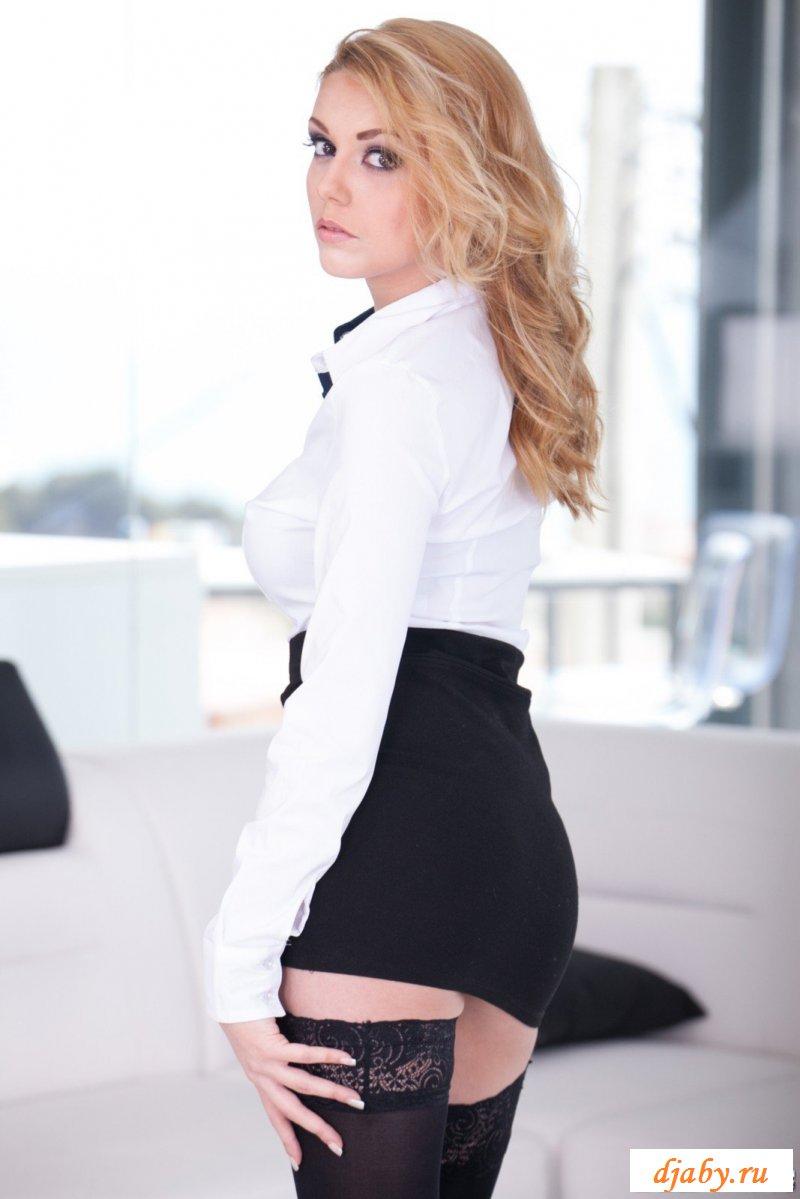 Эротичная блондинка позирует в кружевах