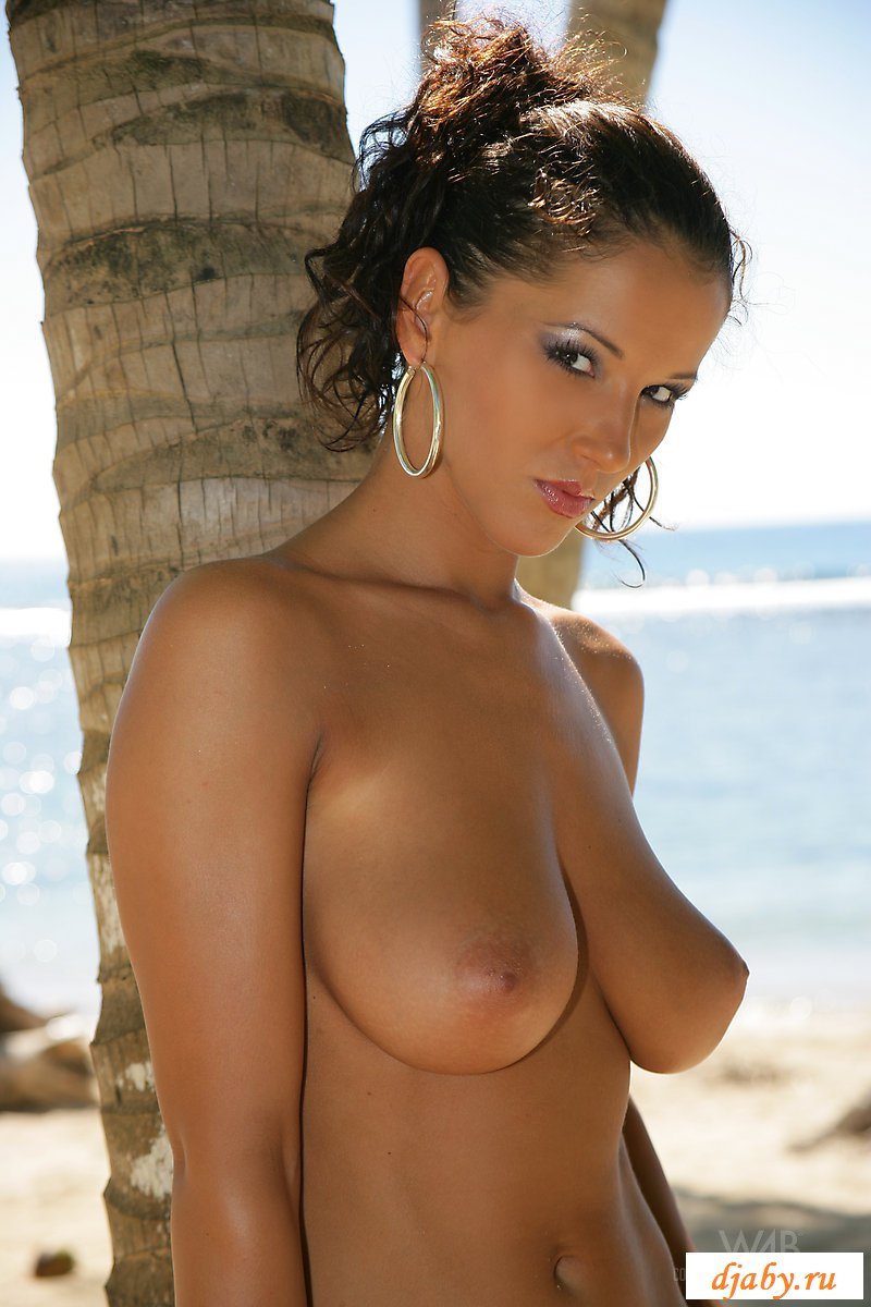 Обнаженная мулатка на пляже без купальника