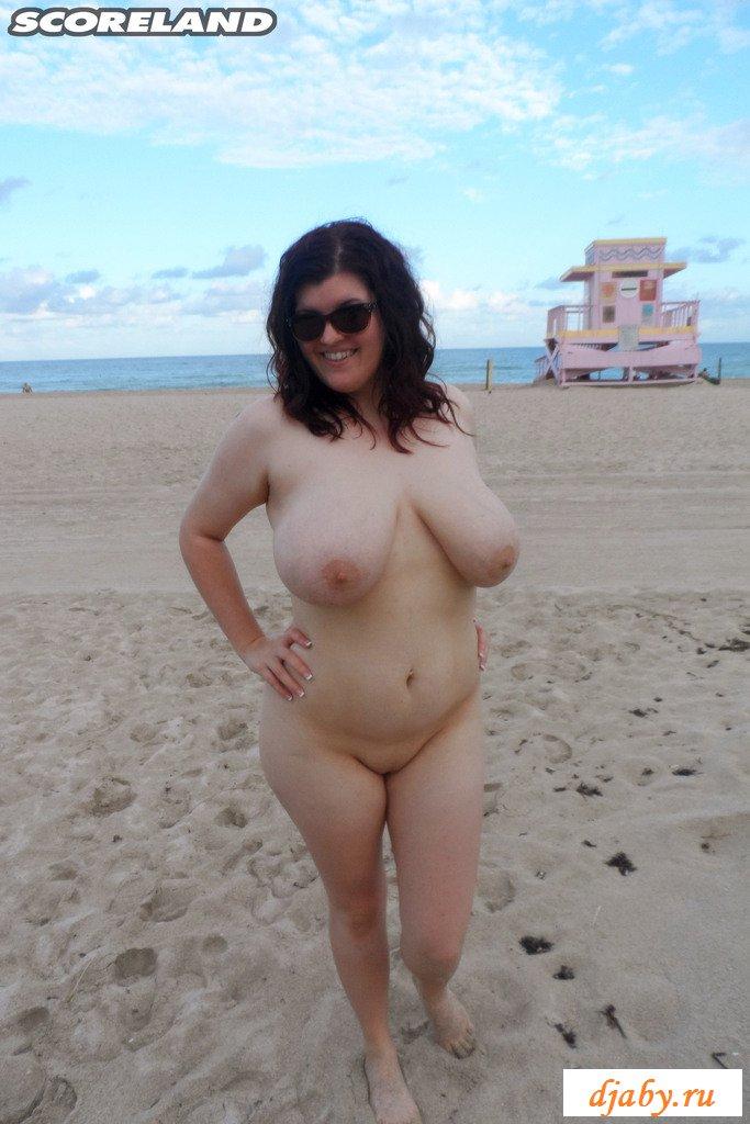 Голая толстуха с обвисшими сиськами у моря