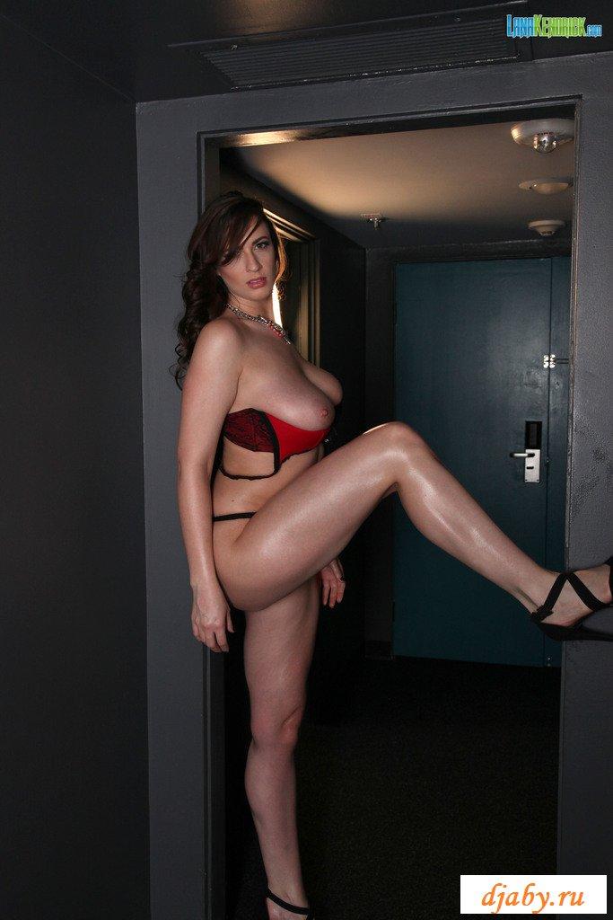 Похотливая Николь вывалила голые дойки без бюстгалтера