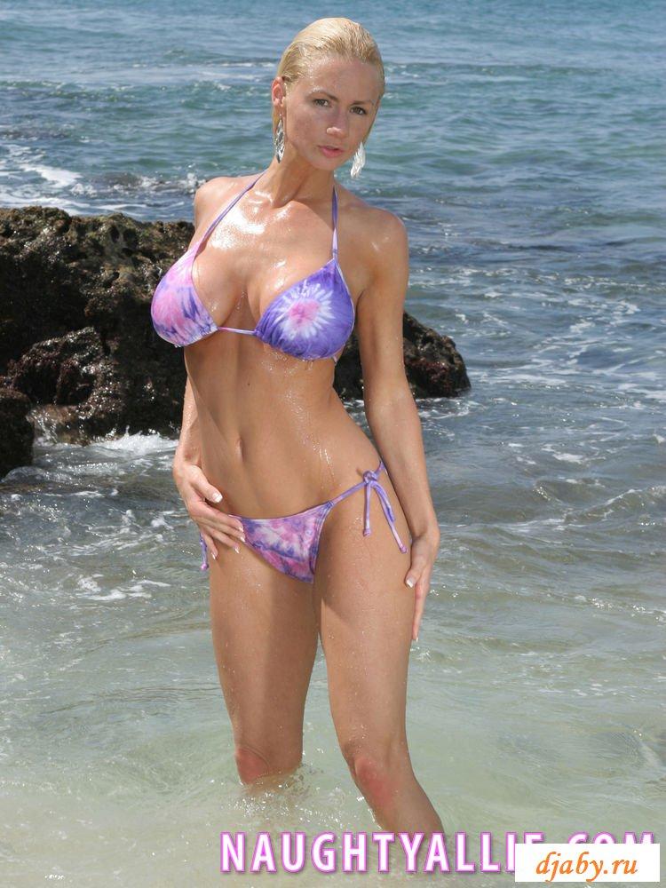 Раздетые силиконовые груди на пляже