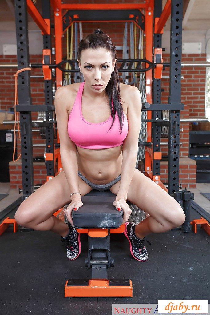 Обнаженные ножки подтянутой спортсменки