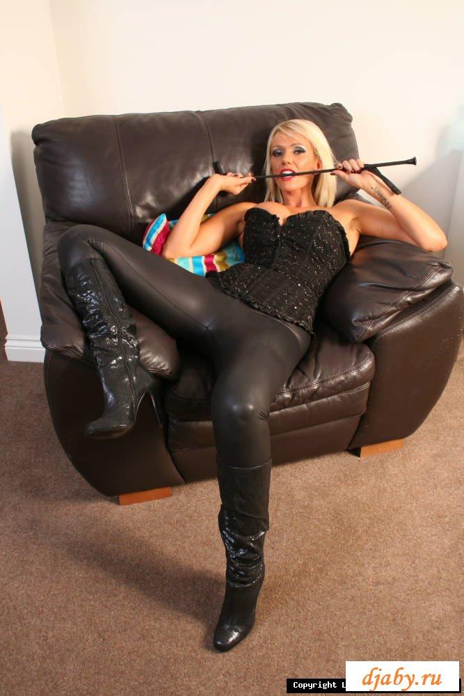 Раздетая строгая блондинка в обтягивающих штанишках