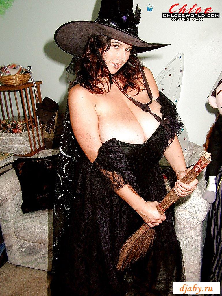В косплее раздетая ведьма раскрыла огромные груди