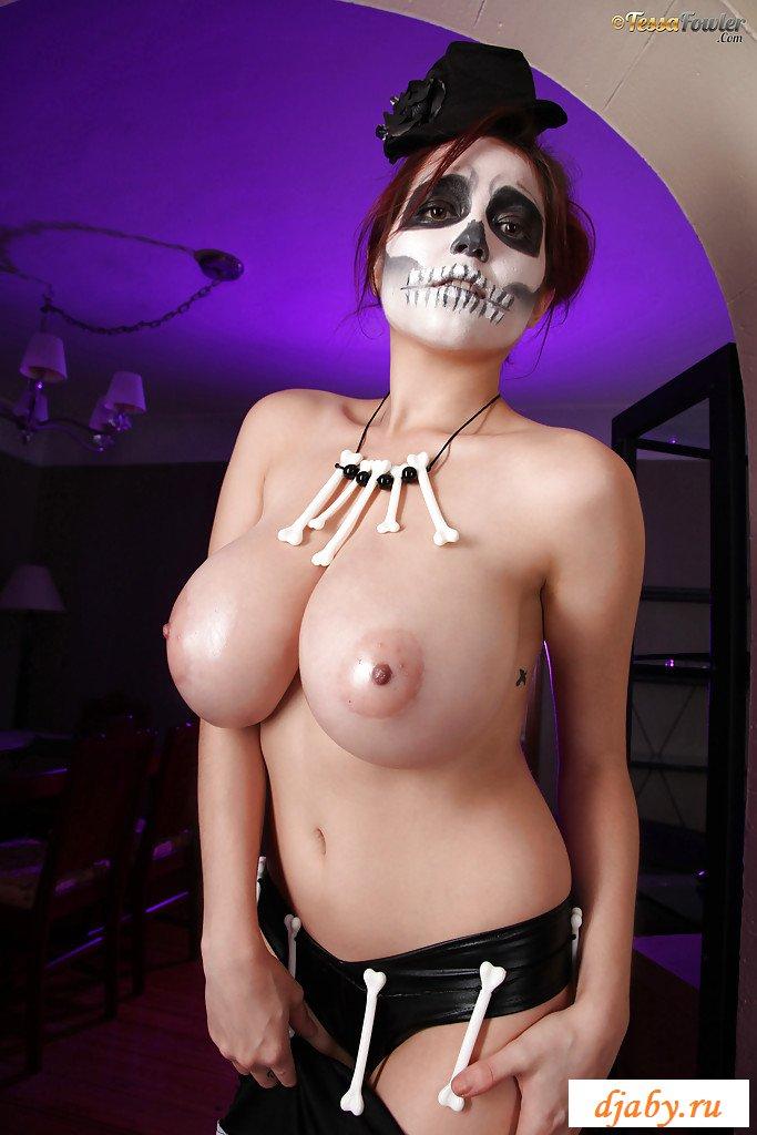 Раздетая девушка-скелет с огромными титьками