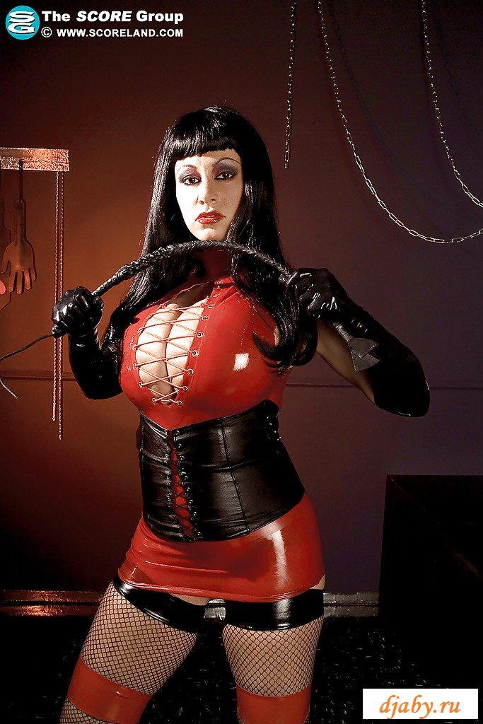 Голая госпожа в отличном латексном наряде