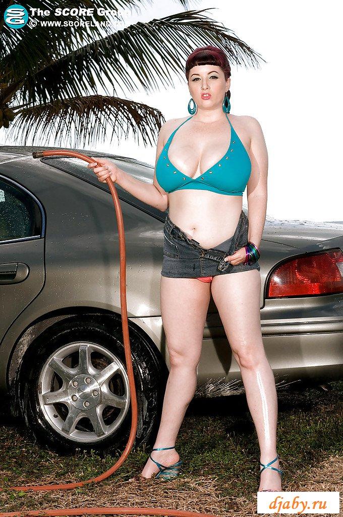 Голая грудастая мойщица автомобилей