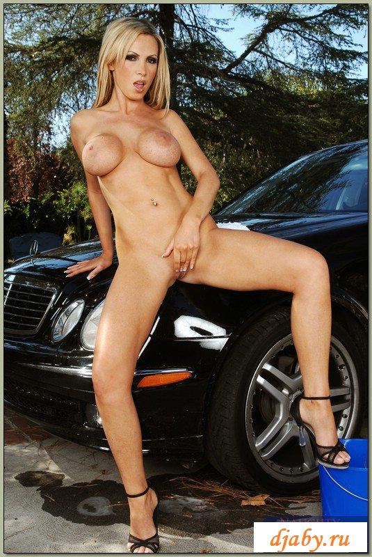 Блондинка эротично моет роскошную черную машину