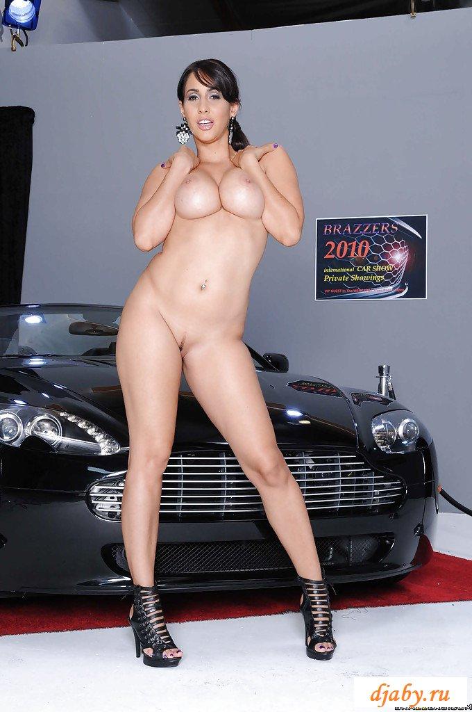 Раздетая победительница возле подарочного авто