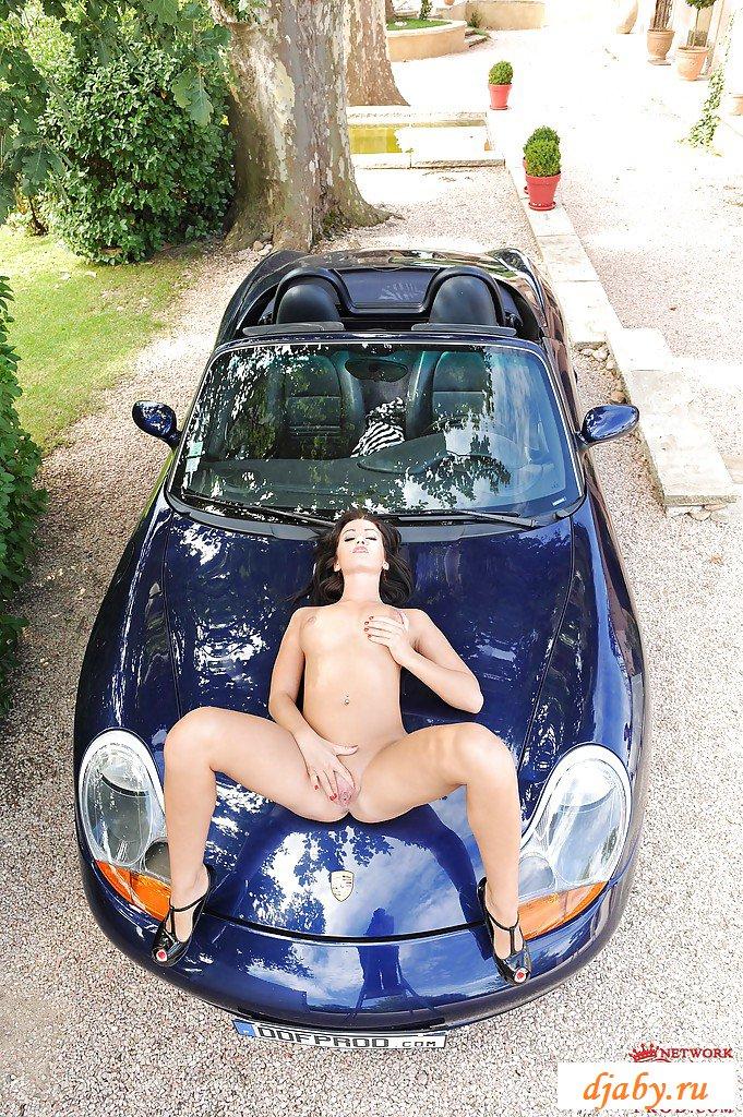 Эротика длинноногой у роскошного автомобиля
