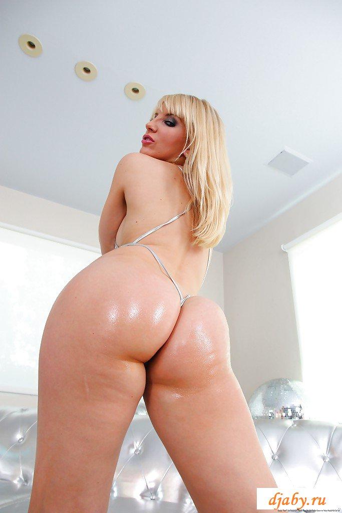 Блондинка эротично крутит влажной задницей