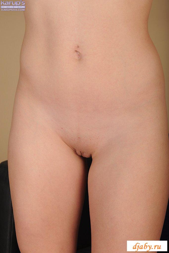 Раздетая маленькая грудь веселой Анны