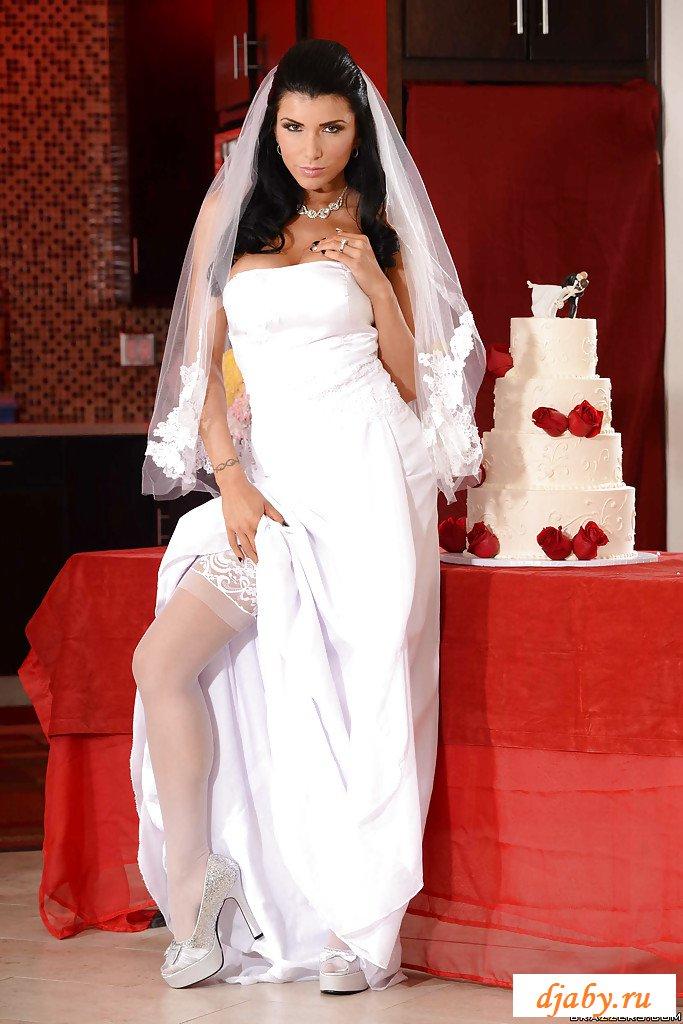 Обнаженная стерва раздвинула ноги у свадебного торта