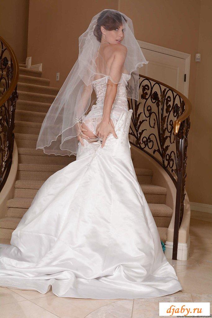 Эротично позирует на лестнице перед свадьбой