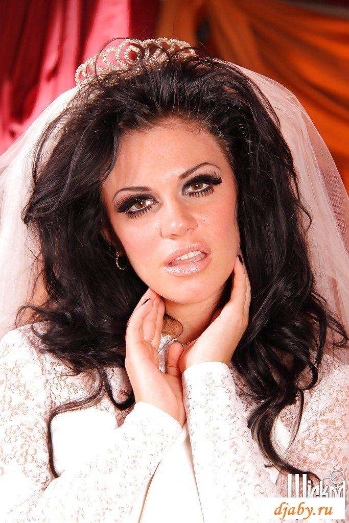 Раздетая темноволосая сучка в свадебном платье и чулках