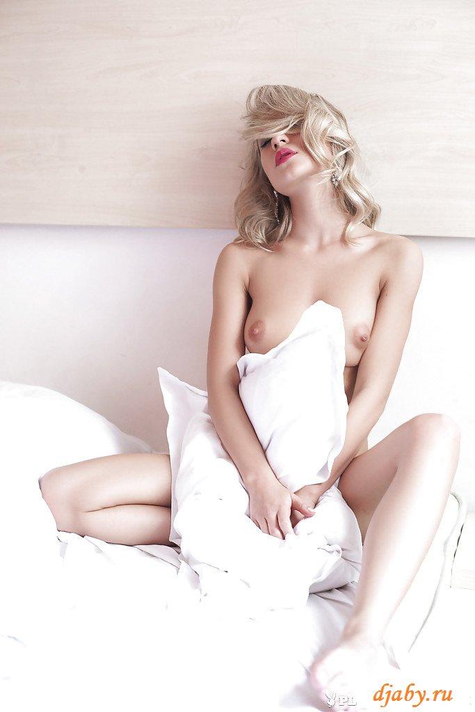 Обнаженная гламурная блондинка с маленькой грудью