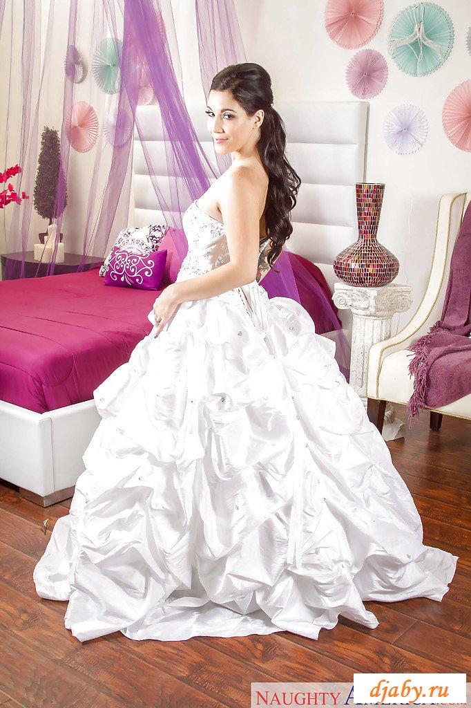 Обнаженная невеста сняла роскошное платье