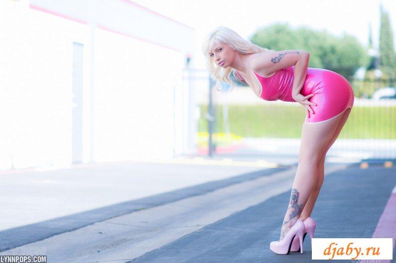 Раздетая блонда в латексном платье