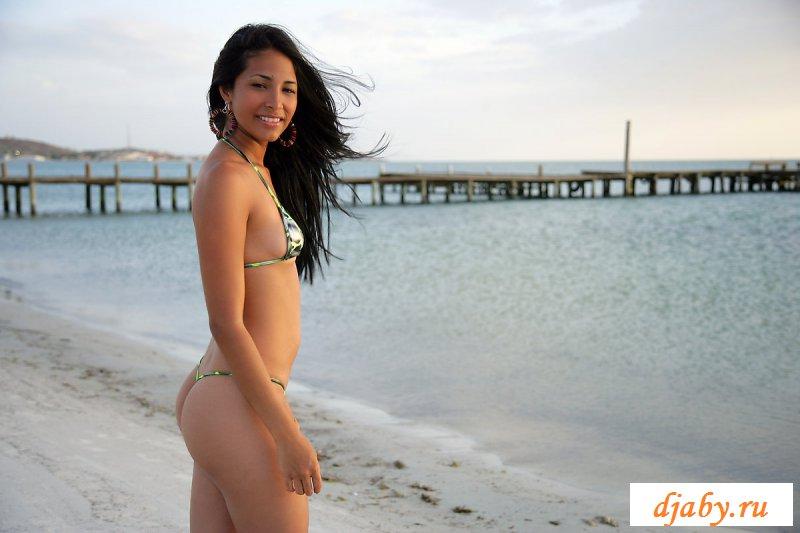 Обнаженная бразильянка красиво позирует на пляже