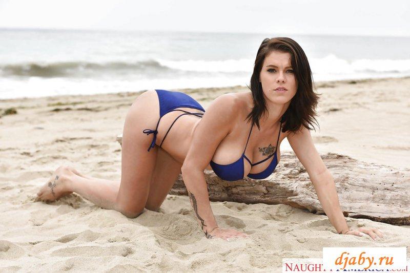 Грудастая фотомодель с голыми дойками на пляже