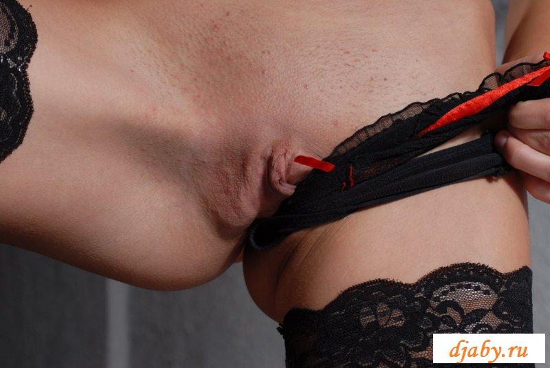 Обнаженная фотомодель с сексуальными ножками у барной стойки