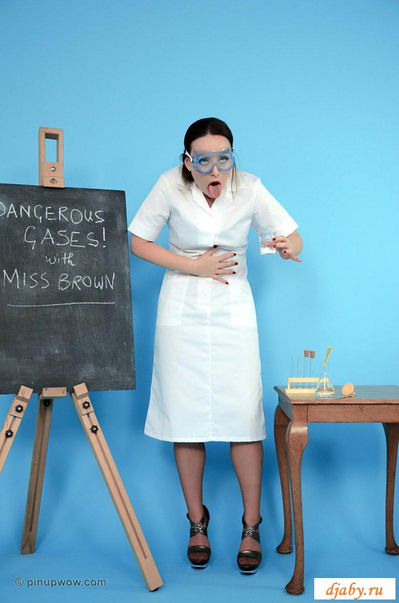 Учительская эротика шаловливой химички в нейлоновых чулках