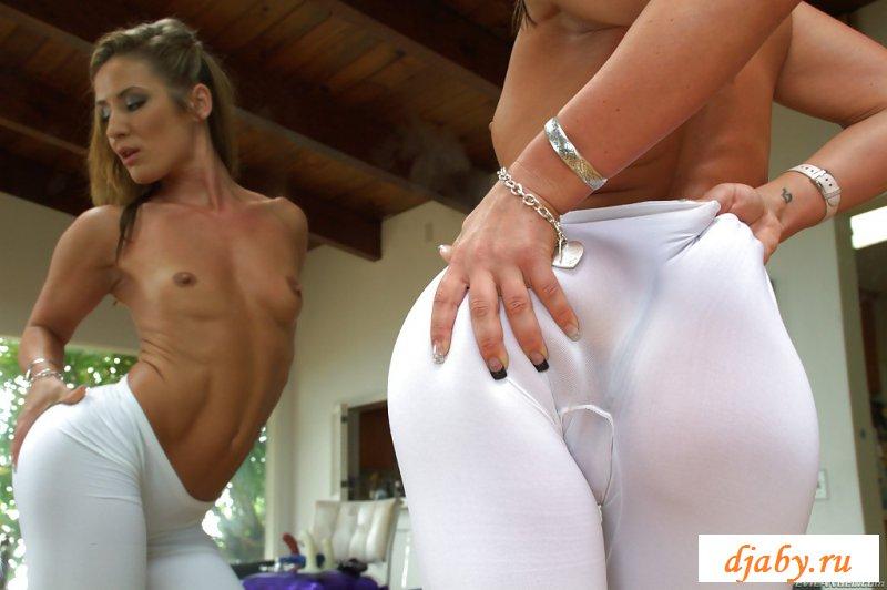 Топлессная эротика гибкой танцовщицы в белых штанах