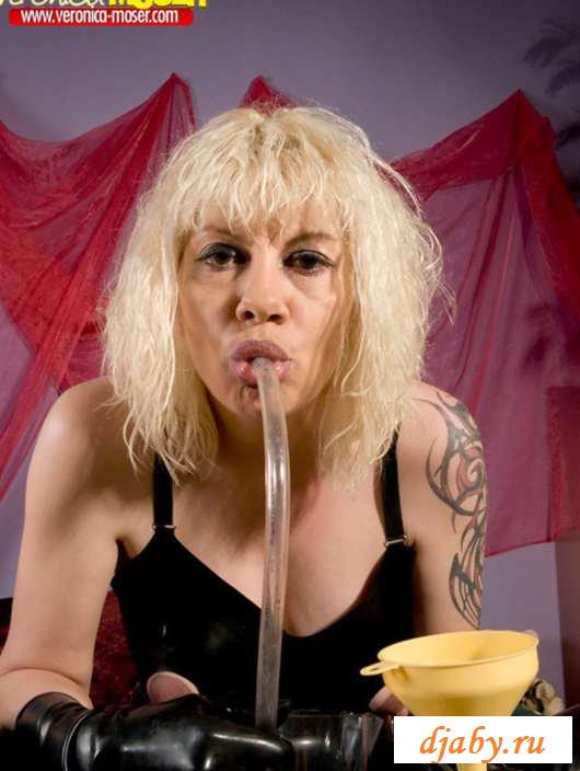 Эротика гавнистой блондинки на шикарной постели (30 фото)