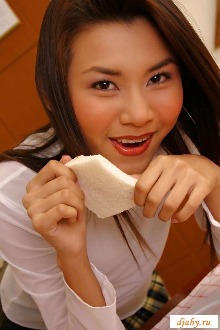 Голая телка с мохнатой пиздой на столе (16 фото эротики)