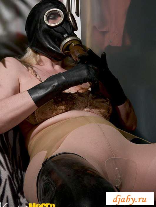 Раздетое дермицо бабы сидящей в противогазе (25 фото эротики)