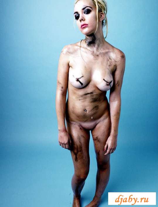 Обнаженная говнистая блондинка в пустой студии (29 фото эротики)