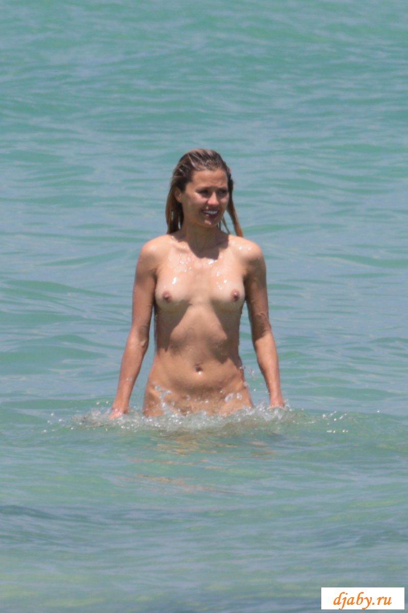 Сиськи голой телеведущей в морских волнах (27 фото эротики)