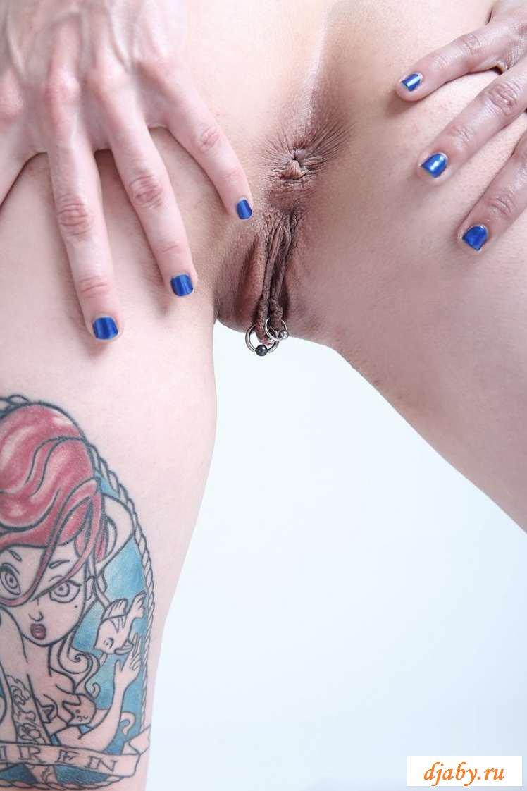 Голая с пирсингом в пизде худая неформалка (38 фото эротики)