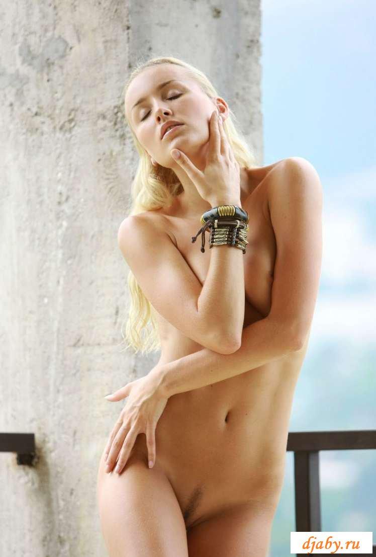 Раздетая деваха с украшением на клиторе на террасе (20 фото эротики)