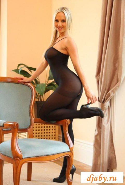 Голая девица в соблазнительном костюме (15 фото эротики)