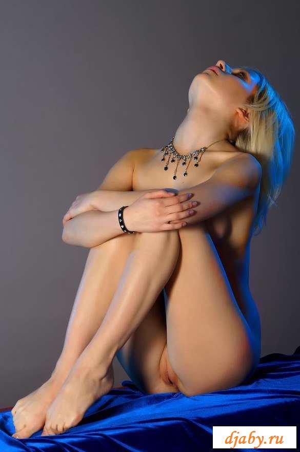 Эротика в нейлоне девушек показывающих прелести (25 фото)