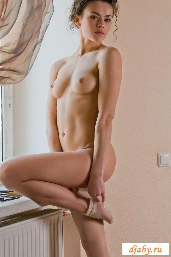 Обнаженные ножки стройной девки у окна (20 фото эротики)