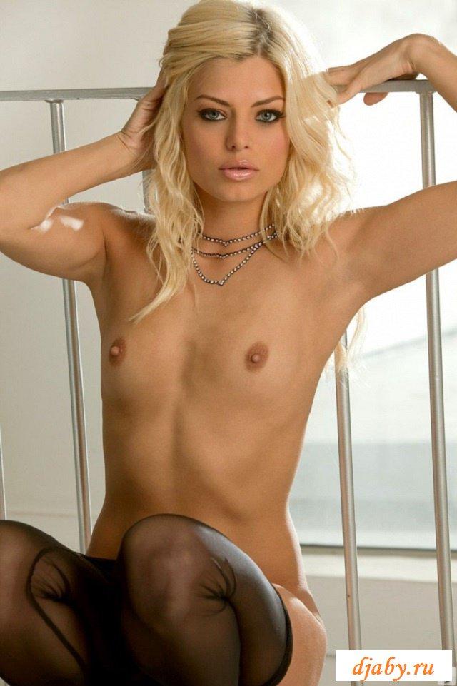 Эротика блондинки с длинными ножками (20 фото)
