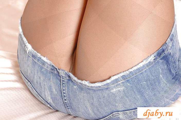 Раздетая дивчина без трусиков раздвинет ножки на кровати (19 фото эротики)