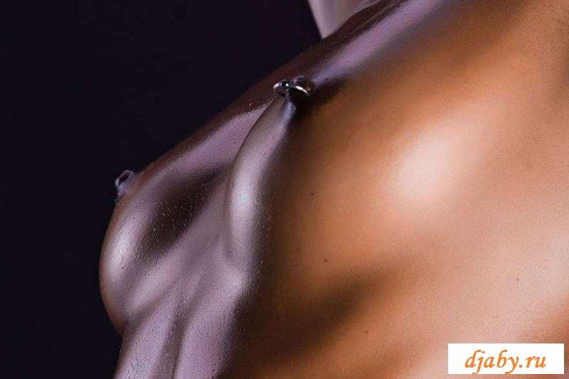 Голые развратные телки с проколотыми пездами (20 фото эротики)
