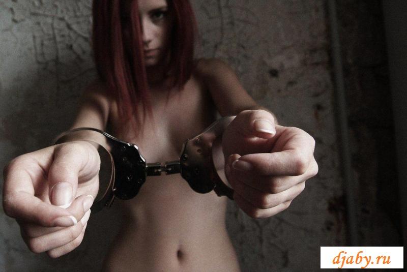 Парень запер сексуальную девушку в наручниках