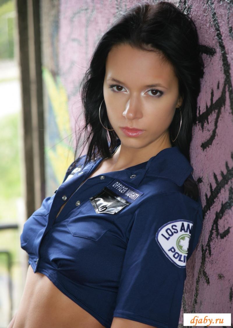 Раздетая брюнетка играет в полицейскую