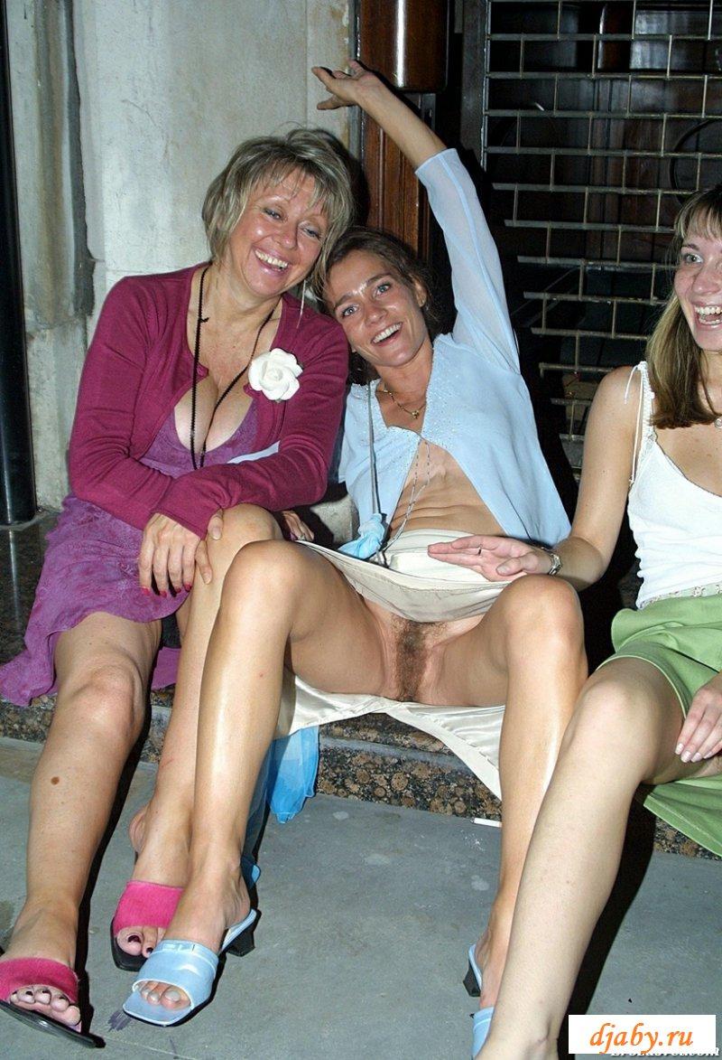 Голые промежности зрелок под юбками