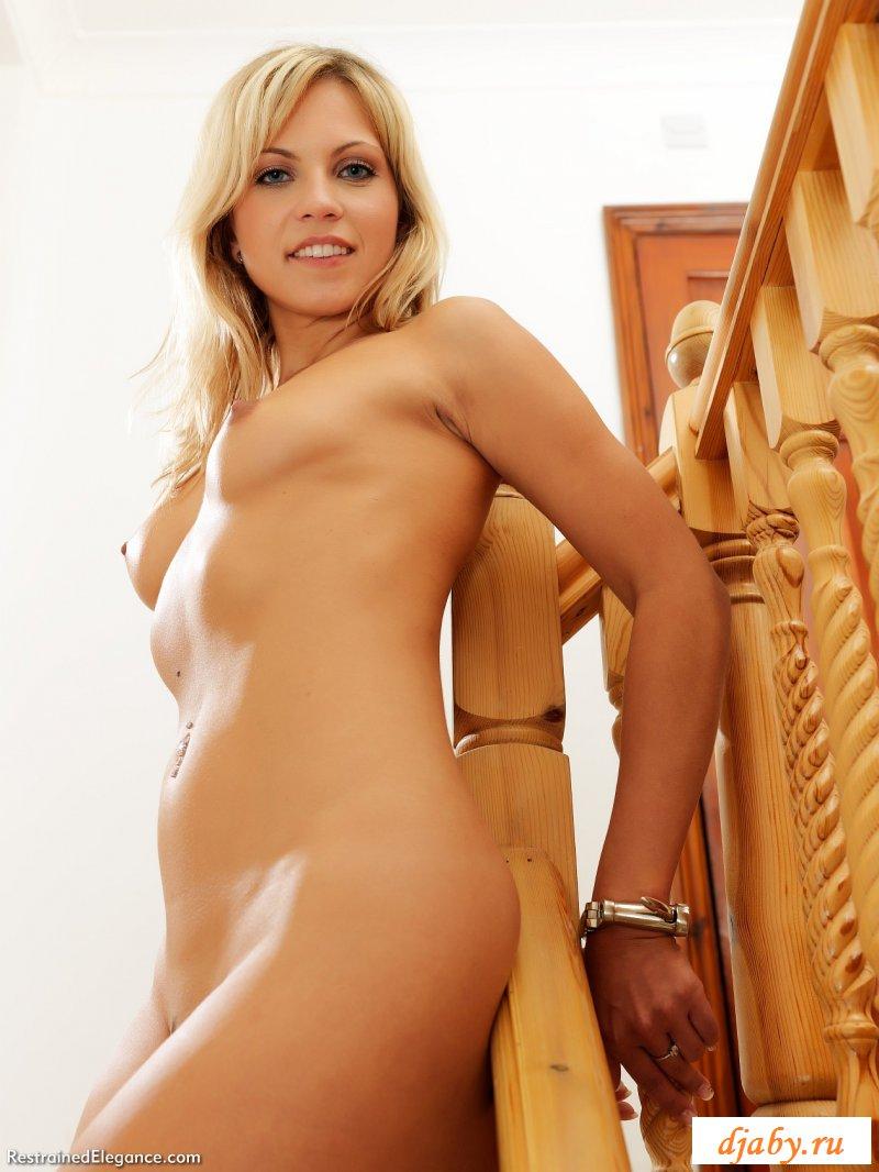 Обнаженная блондинка сковала руки и ноги