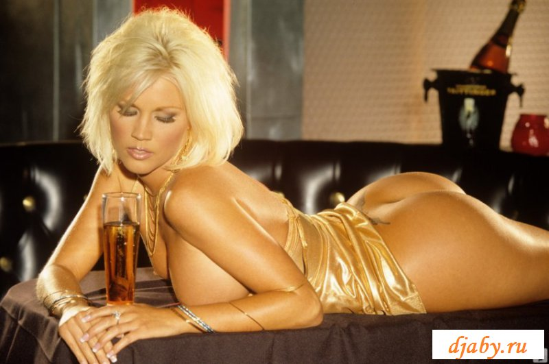 Взрослая блондинка эффектно обнажилась