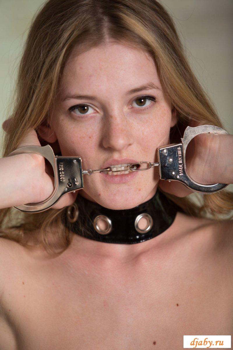 Красивая девушка в наручниках раздевается - фото