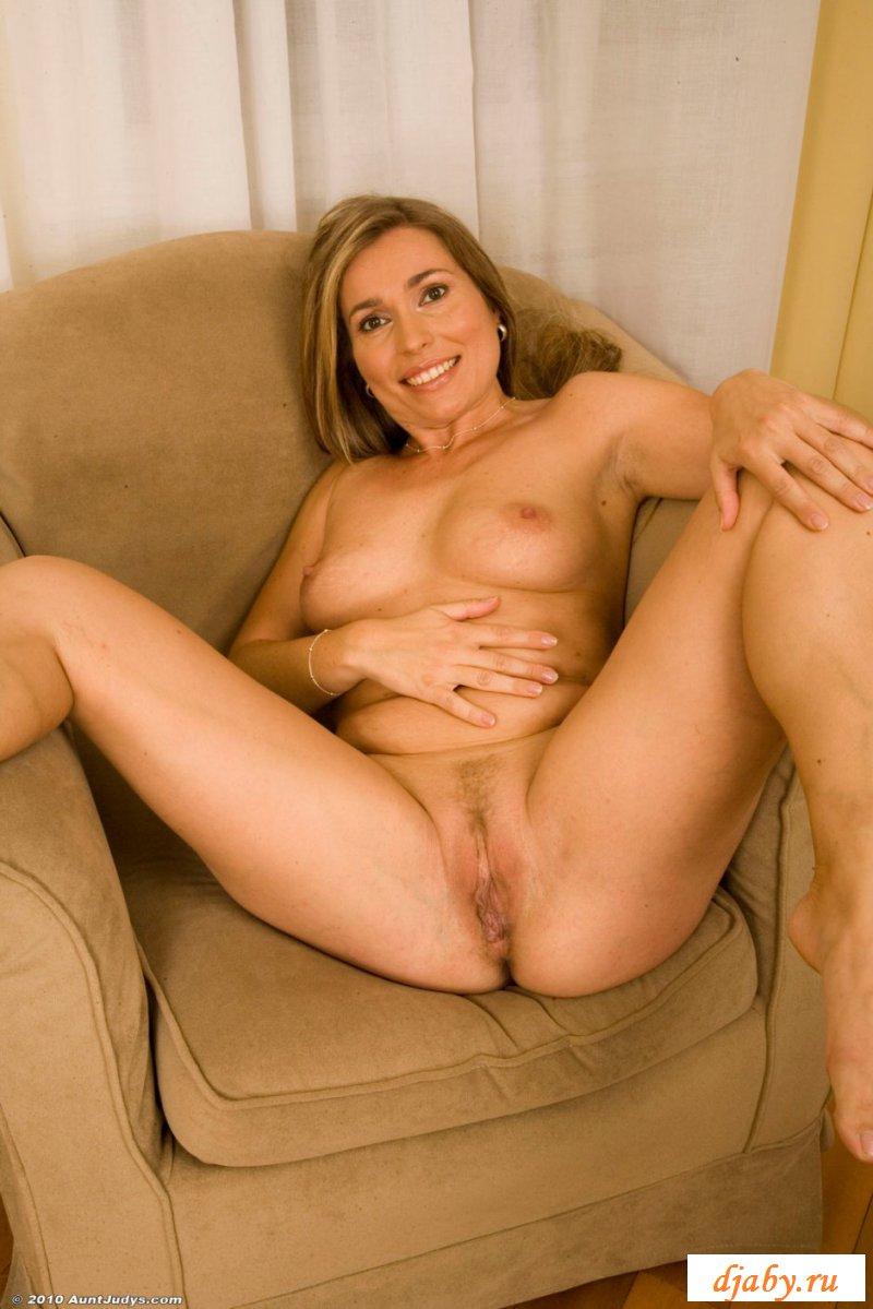 Горячая женщина разделась в кресле