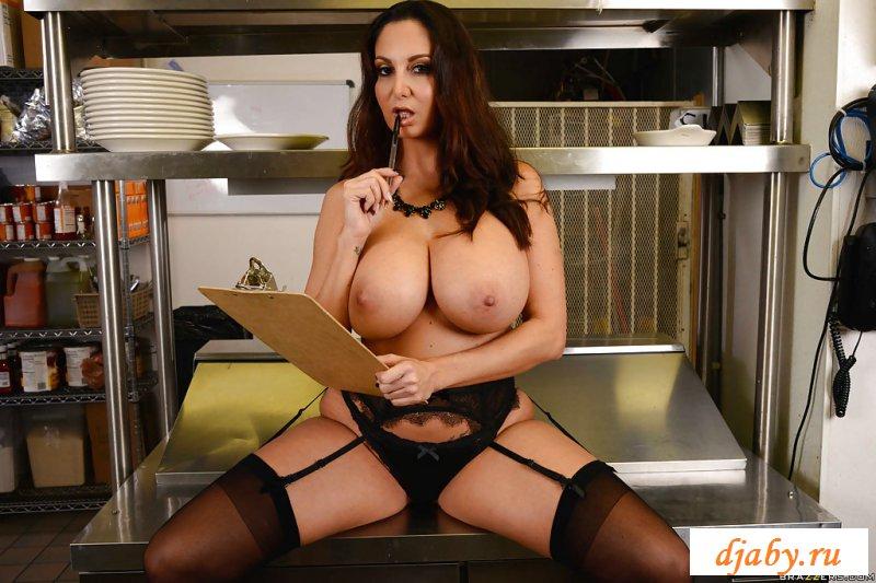Взрослая милфовая шлюха разделась на кухне